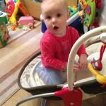 доча залезла на кресло