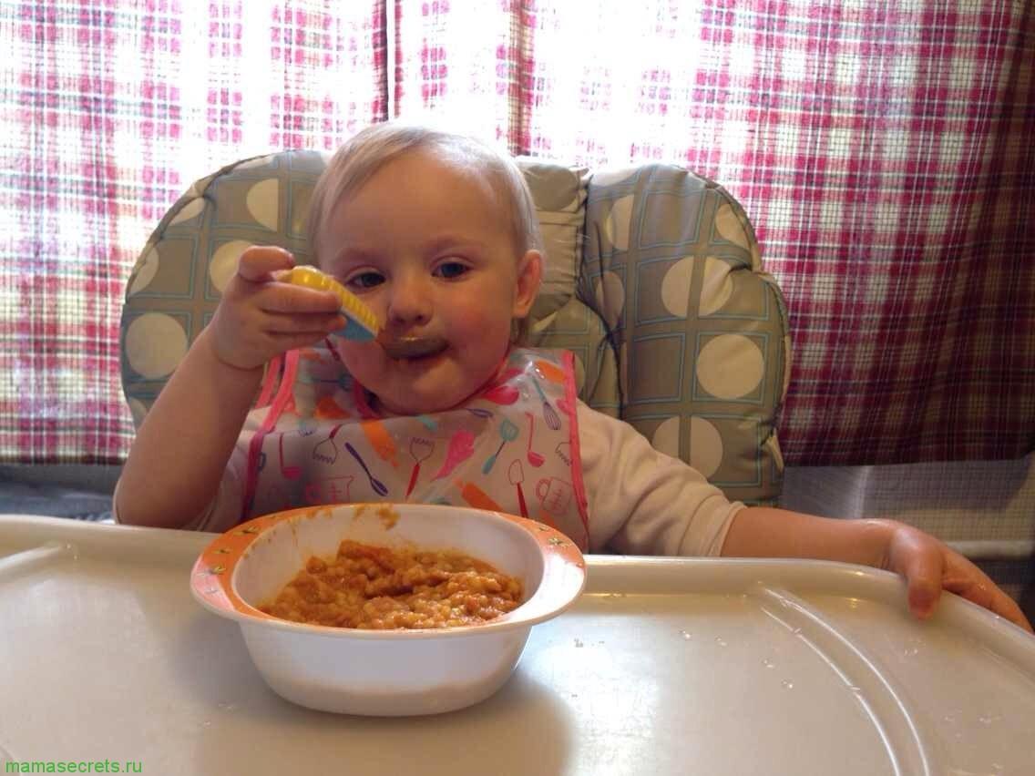 ребенок кушает сам chicco