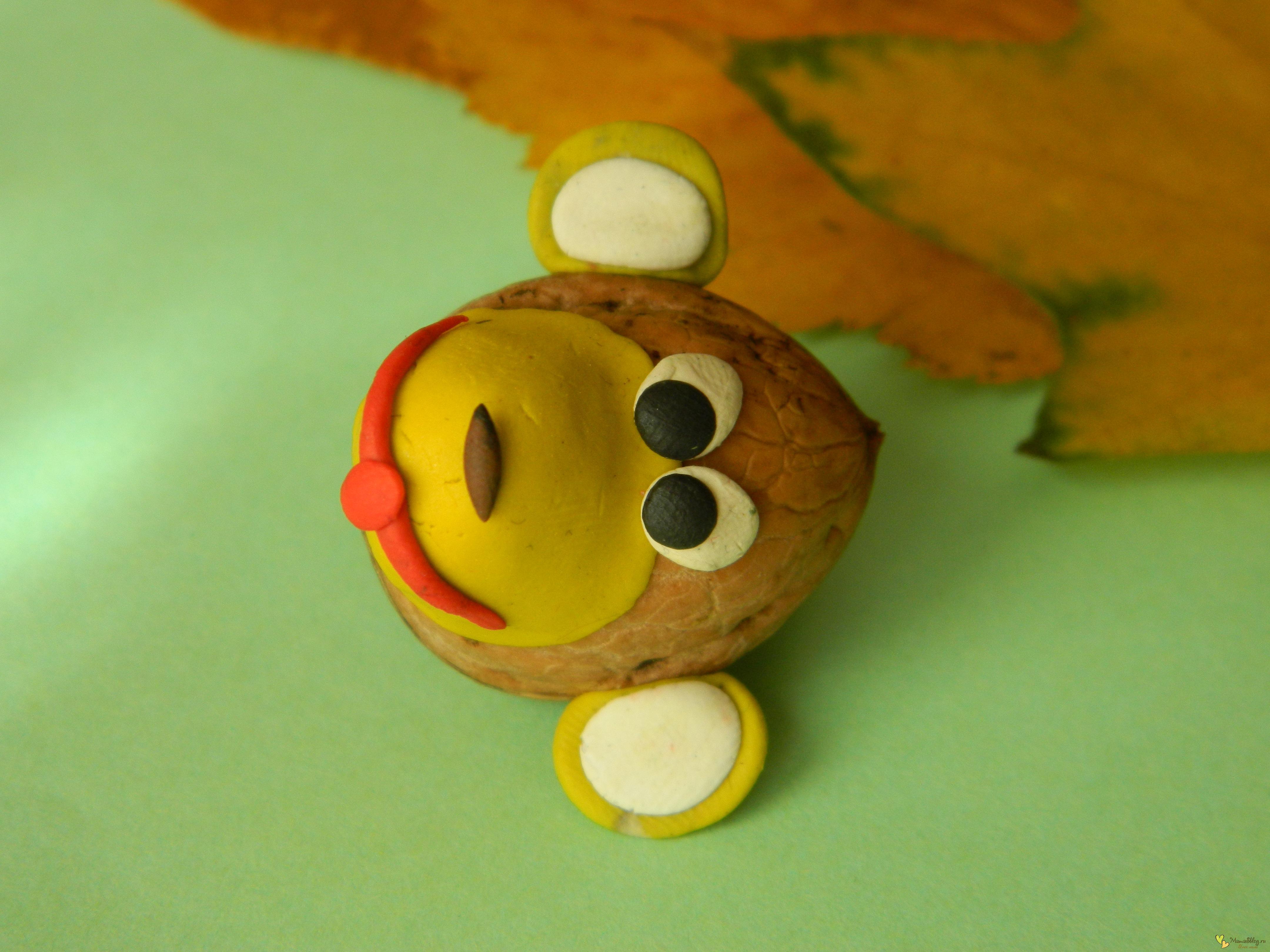 обезьяна из природных материалов