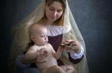 Фотосессия в образе Мадонны с младенцем