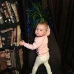 ребенок залез на стул